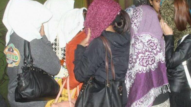 গুরগাঁওয়ে ভাড়া বাড়িতে রমরমিয়ে চলা মধুচক্রে হানা দিয়ে আপত্তিকর অবস্থায় ধরা হল ২৪জনকে , ভিডিও প্রকাশ করল পুলিস
