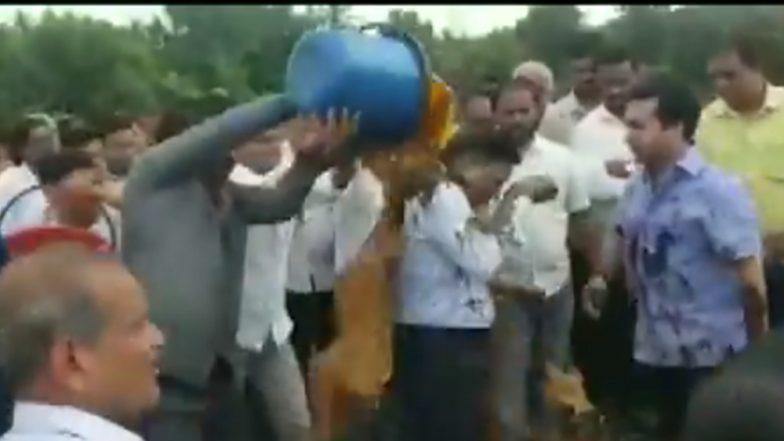 Mud Attack: বর্ষায় বাসিন্দাদের ভোগান্তির জন্য ইঞ্জিনিয়রকে কাদা মাখালেন বিধায়ক,দেখুন ভিডিও