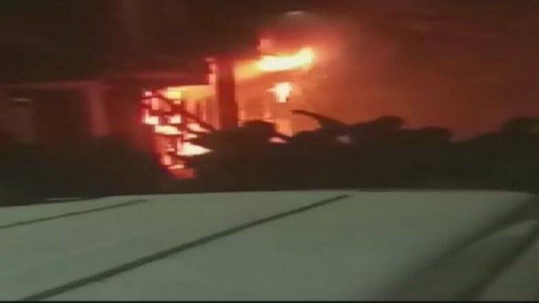 Delhi fire: গভীর রাতে দিল্লির বহুতলে ভয়াবহ আগুনে ঘুমন্ত দুই শিশু সহ ৬ জনের মৃত্যু, পুড়ে ছাই পার্কিং লটের ১৫টি গাড়ি