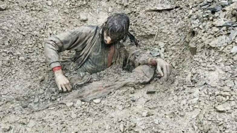 কাশ্মীরে ভূমি ধস, ধ্বংসস্তূপ থেকে যুবককে উদ্ধার করল স্নিফার ডগ (দেখুন ভিডিও)