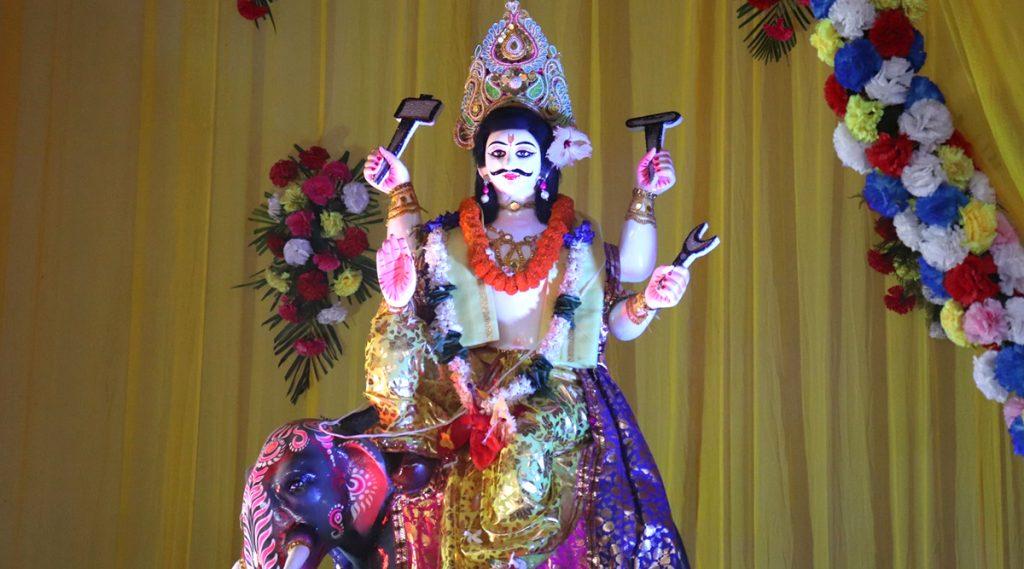 Vishwakarma Puja 2019: শ্রমজীবী মানুষের ভোকাট্টা স্বপ্নকে সুতোয় বাঁধতে প্যান্ডেলে হাজির বিশ্বকর্মা, বাংলায় কাল পুজো