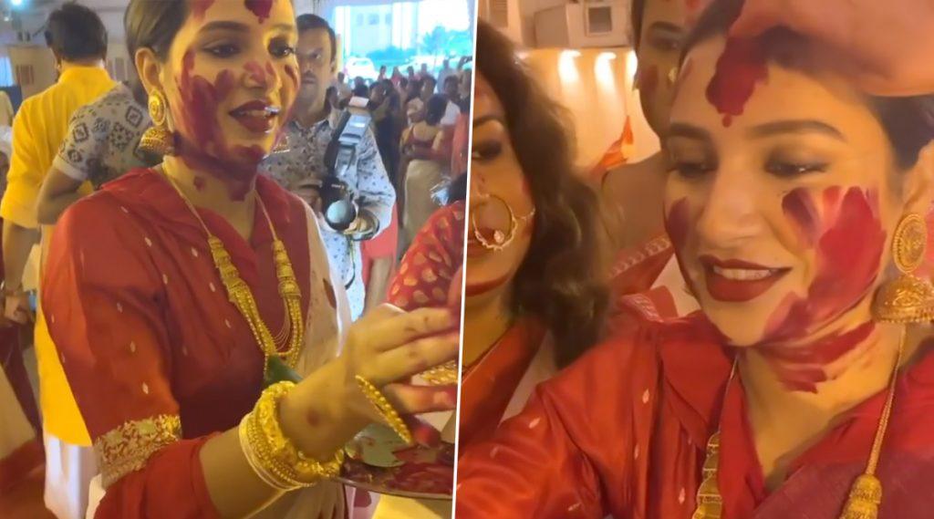 পিছিয়ে নেই টলিউডও, পরিচালক রাজ্ চক্রবর্তীর সঙ্গে অভিনেত্রী শুভশ্রীও মাতলেন দশমীর সিঁদুর খেলায়: ভিডিও