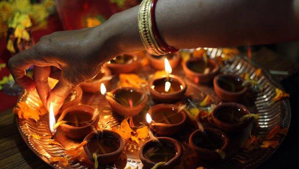 Muslim community joined Hindus Diwali: দীপাবলির শুভকে আলোকিত করতে পাকিস্তানের স্বামী নারায়ণ মন্দিরে হিন্দু প্রতিবেশীর সঙ্গে দীপ জ্বাললেন মুসলিমরা