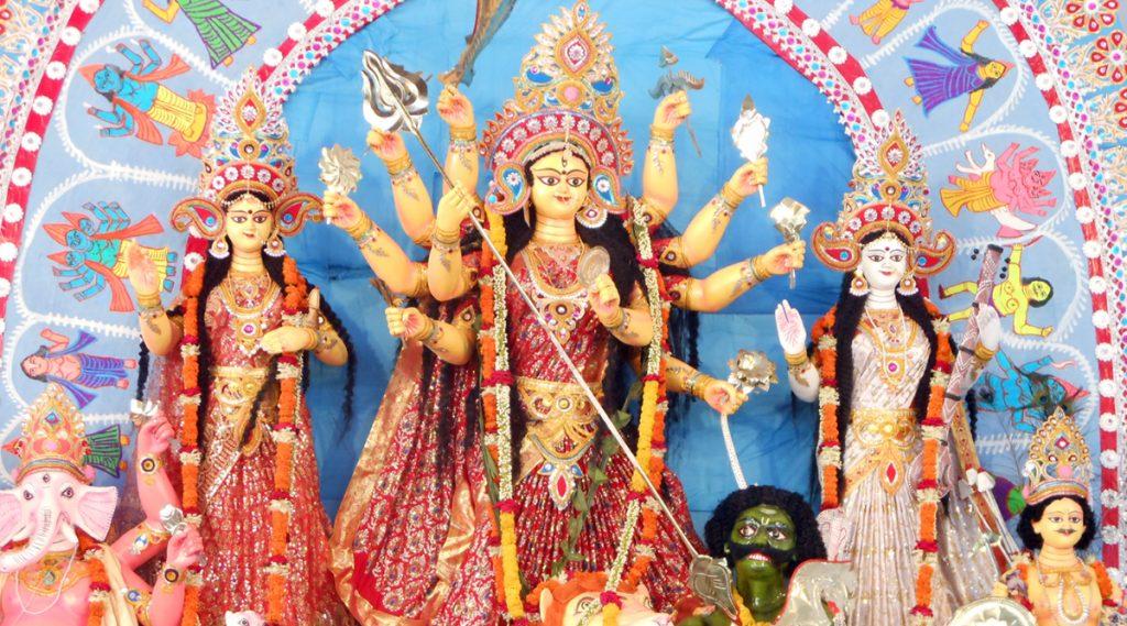 Durga Puja 2019: আজ তৃতীয়া, বৃষ্টির ভ্রুকুটি কাটিয়ে মাকে ঘরে আনার প্রস্তুতি তুঙ্গে