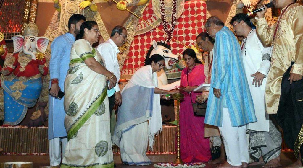 Durga Puja 2019: দক্ষিণ কলকাতায় ১১ টি পুজোর উদ্বোধন করলেন মমতা ব্যানার্জি; টুইট করে নিজেই সামনে আনলেন আনন্দঘন মুহূর্তের ছবি