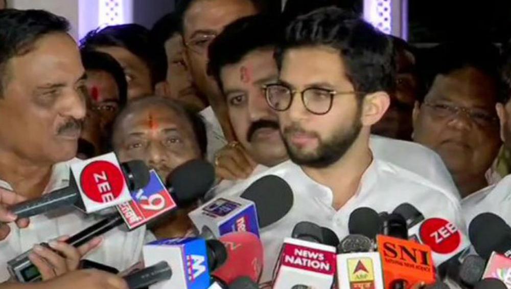 Aaditya Thackeray Meets Governor: শিণ্ডের নাম ঘোষণার পরেও রাজভবনে আদিত্য ঠাকরে, বিজেপি কি এবার সত্যি বিপদে পড়তে চলেছে?