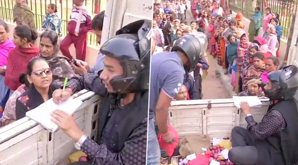 Patna: প্রতি কিলোর দাম ৩৫ টাকা, ভিড়ে পদপৃষ্ট হওয়ার আতঙ্কে হেলমেট পরে পেঁয়াজ বিক্রি সরকারি কর্মীদের