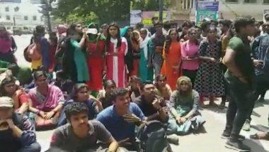 Viral: কলেজ শিক্ষককে লাঠি পেটা করল পড়ুয়ারা, ভাইরাল হল ভিডিও