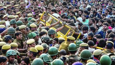 JNU Protest: জেএনইউ-র আন্দোলনরত ১৫০ পড়ুায়াকে গ্রেপ্তার,  সহযোদ্ধাদের মুক্তির দাবিতে অবস্থান বিক্ষোভে ছাত্রছাত্রীরা