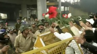 Students Offer Roses to Delhi Police: দিল্লি পুলিশকে গোলাপ দিলেন জামিয়া মিলিয়া ইসলামিয়া বিশ্ববিদ্যালয়ের পড়ুয়ারা