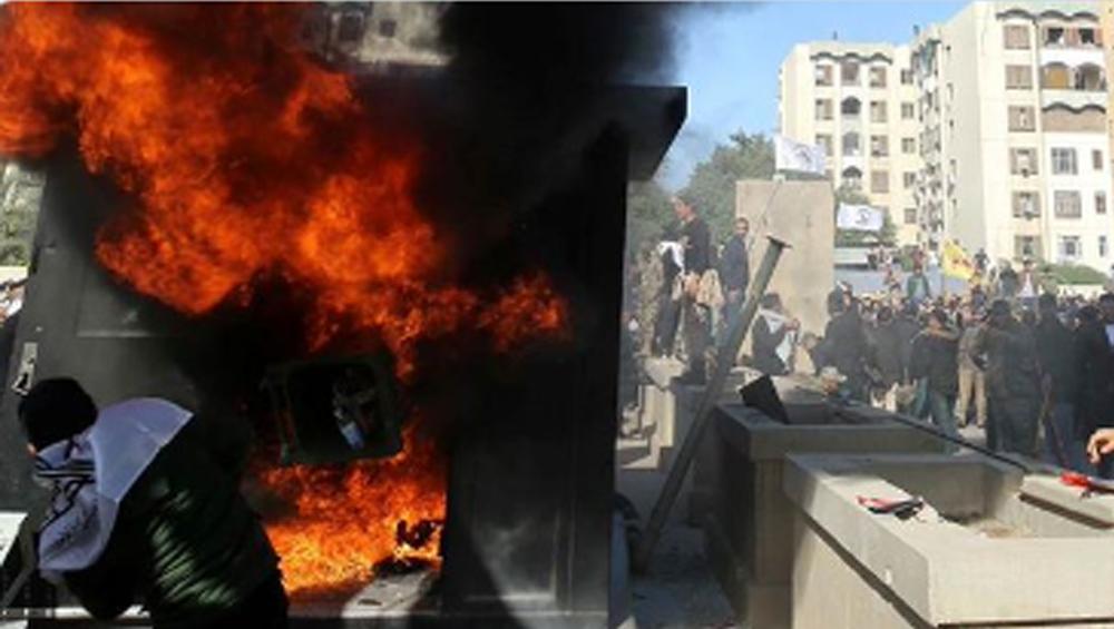 US Embassy Under Attack By Iraqi Supporters : হাশদ আশ শাবি'র সেনাঘাঁটিতে হামলার প্রতিবাদ, বাগদাদে মার্কিন দূতাবাসে আগুন ধরাল ইরাকিরা