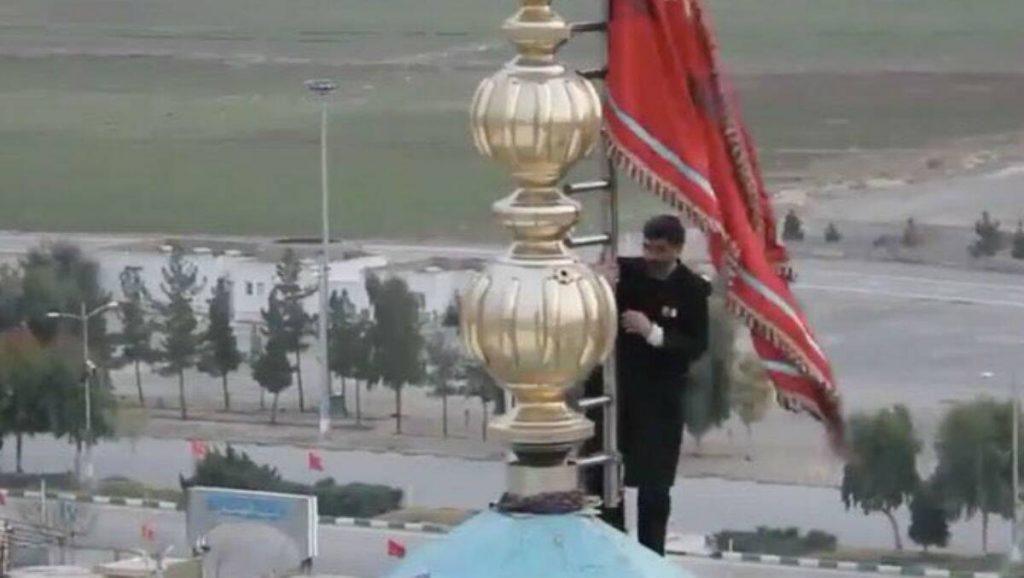 Iran-US: কাসেম সোলেইমানি হত্যায় প্রতিশোধের আগুনে জ্বলছে ইরান, মসজিদে লাল পতাকা উত্তোলন করে যুদ্ধের হুঁশিয়ারি