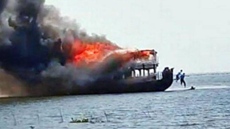 Karala Houseboat: আগুনের গ্রাসে বিলাসবহুল হাউসবোট, প্রাণে বাঁচতে একরত্তিকে নিয়ে জলে ঝাঁপ বাবার