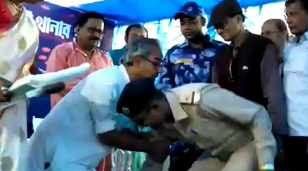 Police Officer Bowing Down At Minister Ashish Banerjee's Feet: উর্দি পরে রাজ্যের মন্ত্রীকে পা ছুঁয়ে প্রণাম করলেন পুলিশ অফিসার, ভিডিয়ো ভাইরাল