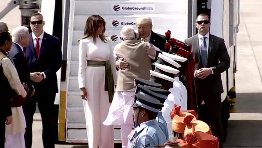 Prime Minister Narendra Modi Hugs US President Donald Trump: ভারতে পৌঁছাতেই নরেন্দ্র মোদির বাহুডোরে ডোনাল্ড ট্রাম্প, সবরমতী আশ্রমের পথে অভাবনীয় অভ্যর্থনা