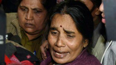 Asha Devi Protests Outside Delhi Court: আদালতের বাইরে ধরনায় বসলেন নির্ভয়ার মা-বাবা