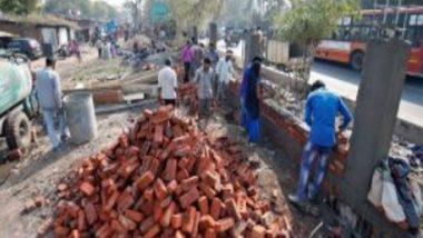 Ahmedabad: মার্কিন প্রেসিডেন্টের যাত্রাপথে বস্তি, গরিবি ঢাকতে উঠছে ৭ ফুটের পাঁচিল