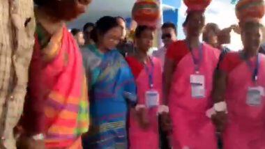 Mamata Banerjee Dances Along Adivasi Women: মালদায় আদিবাসী মহিলাদের সঙ্গে নাচের তালে পা মেলালেন মমতা ব্যানার্জি: ভিডিয়ো