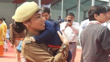 UP Woman Constable: মেয়েরা দশভূজা! খাঁকি উর্দিতে কোলে বাচ্চা নিয়ে দায়িত্ব পালন মহিলা কনস্টেবলের