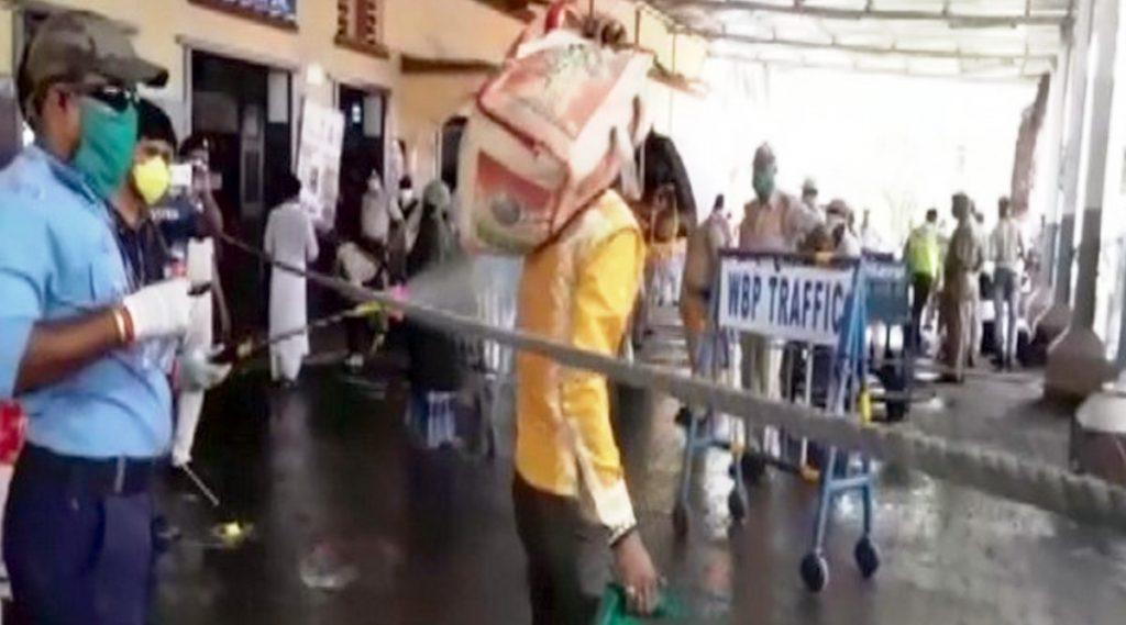 Migrants Sprayed With Disinfectant: ডানকুনিতে পরিযায়ী শ্রমিকদের গায়ে জীবাণুনাশক স্প্রে করা হল