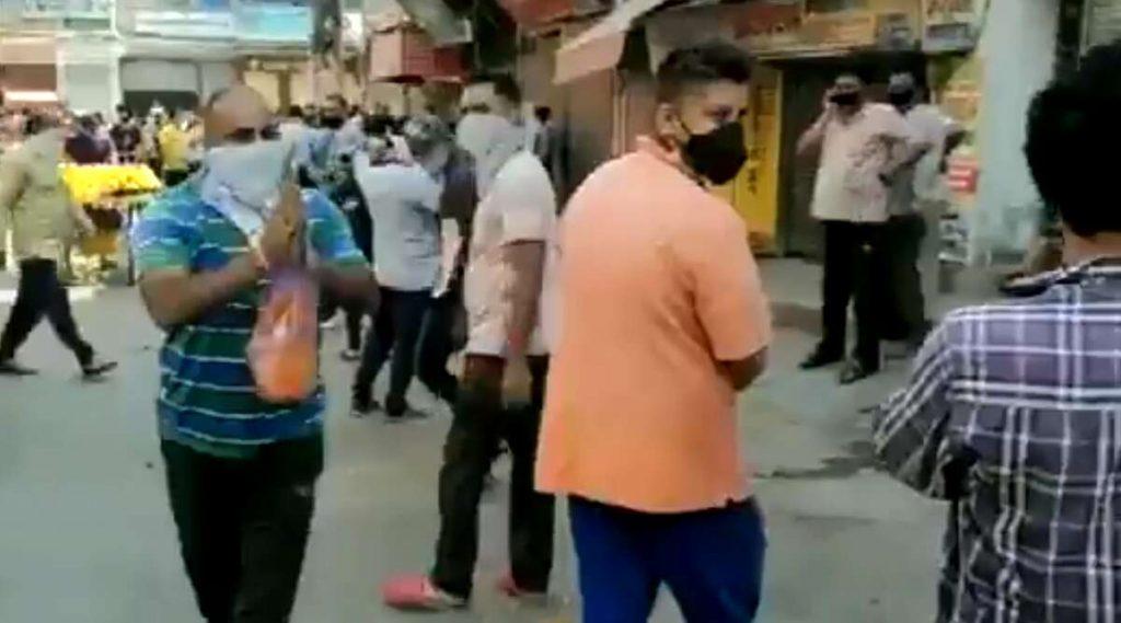 Delhi: অর্থনীতি চাঙ্গা করা সুরাপ্রেমীদের ফুল ছড়িয়ে বরণ করা হল দিল্লির চান্দের নগরে, দেখুন ভিডিও