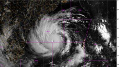 Cyclone Amphan: শক্তি সঞ্চয় করে পারাদ্বীপের দিকে ঝুঁকছে ঘূর্ণিঝড় আমফান, উপকূলবর্তী ১১লক্ষ জনগণের উদ্ধারে প্রস্তুত ওড়িশা