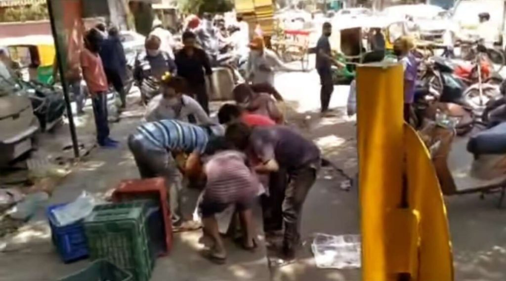 Mangoes Looted At Delhi: কেউ ভরছেন পকেটে, কেউবা হেলমেটে, দিল্লিতে ৩০ হাজার টাকার আম লুট; ভাইরাল ভিডিয়ো
