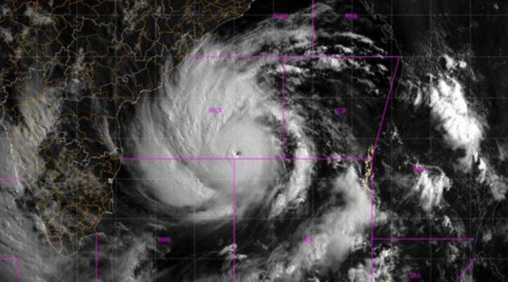 Super Cyclone Amphan: মহামারীর মধ্যেই ঘূর্ণিঝড় আমফানের ভ্রূকুটি, ক্ষতির আশঙ্কায় মুহূর্ত গুনছে পশ্চিমবঙ্গ