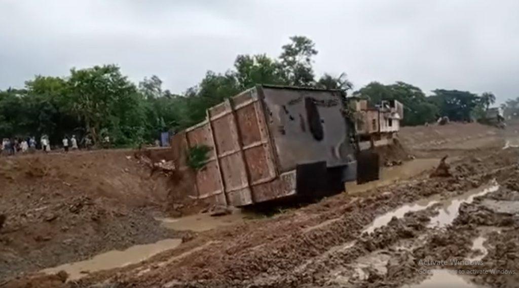Building Demolished: খাল সংস্কার করতে গিয়ে দাসপুরে হুড়মুড়িয়ে ভেঙে পড়ল চারতলা বাড়ি