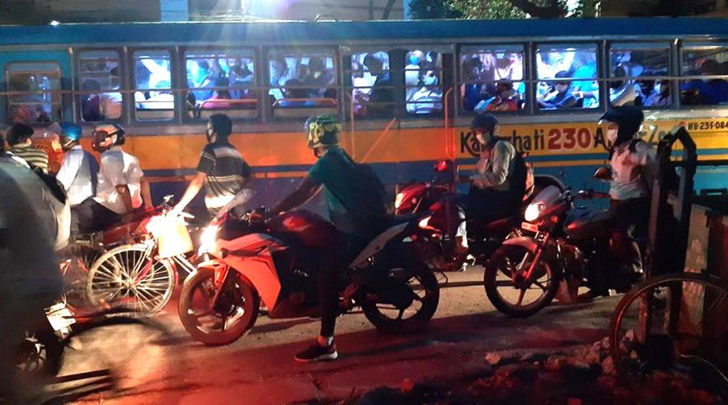 Kolkata: কলকাতায় লাগামছাড়া বেসরকারি বাসের ভাড়া, ক্ষোভ নিত্যযাত্রীদের