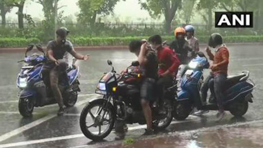 Delhi Rains: কাকভেজা বৃষ্টি মাথায় নিয়ে রাজধানীর ঘুম ভাঙল, দিনভর বর্ষণের ইঙ্গিত মৌসম ভবনের