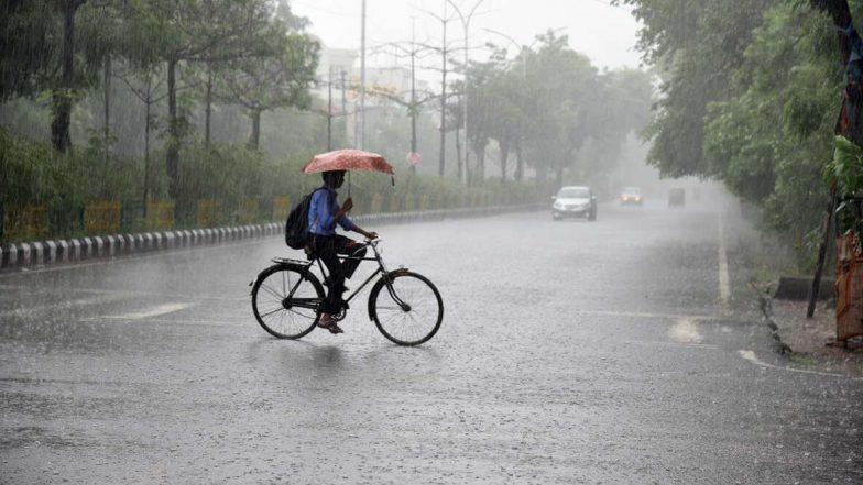 Kolkata Rain: রাতভর ভাসানোর পর আজও সকাল থেকে চলছে বৃষ্টি, শহরের কোথায় কোথায় জমল জল