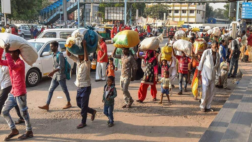 Migrant Workers: দ্বিতীয় ঢেউয়ের লকডাউনে ফিরল সেই পরিযায়ী শ্রমিকদের ঘরে ফেরার দৃশ্য