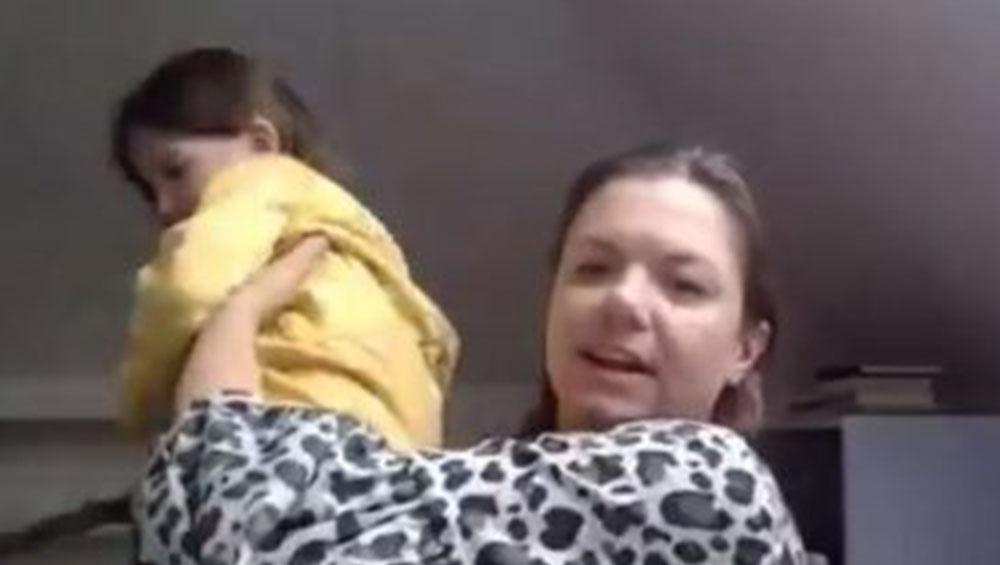 BBC News Interview Viral: বিবিসি নিউজে সাক্ষাৎকার দিচ্ছেন মা, পিছন থেকে একরত্তি মেয়ের উপস্থাপককে দেখার উঁকিঝুঁকি; ভাইরাল ভিডিও