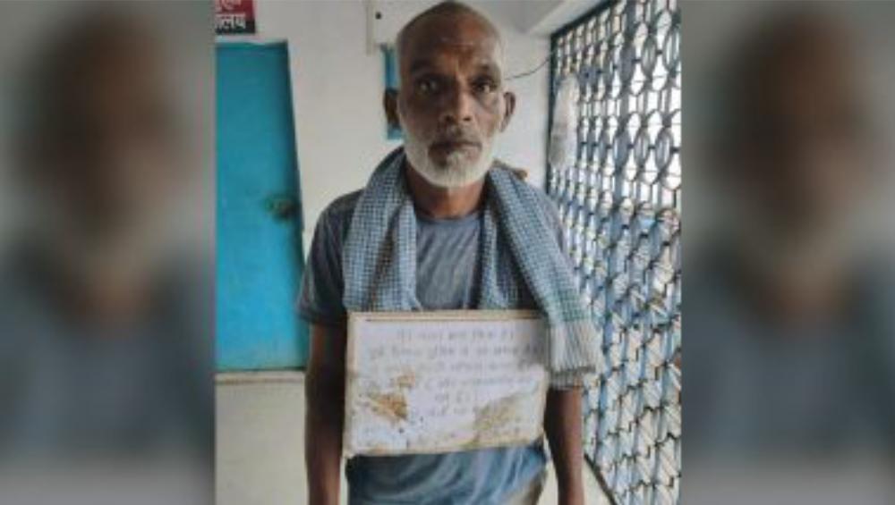 Uttar Pradesh Man: 'আমাকে গুলি করবেন না', প্ল্যাকার্ড গলায় ঝুলিয়ে থানায় আত্মসমর্পণ গ্যাংস্টারের