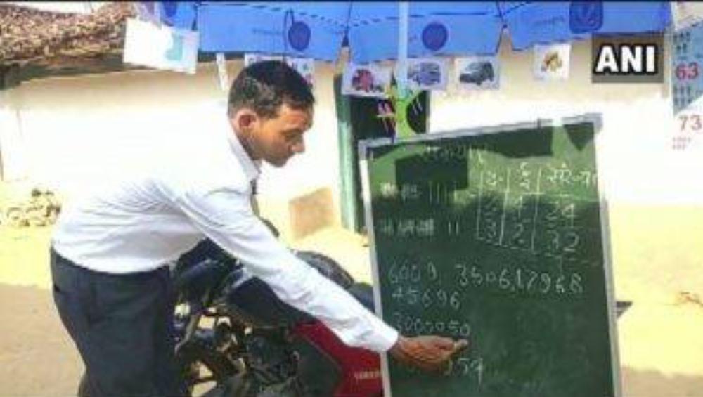 School On Wheels: অনলাইনে ক্লাস করার সুযোগ নেই, পড়ুয়াদের দরজার সামনেই মহল্লা ক্লাস নিচ্ছেন শিক্ষক
