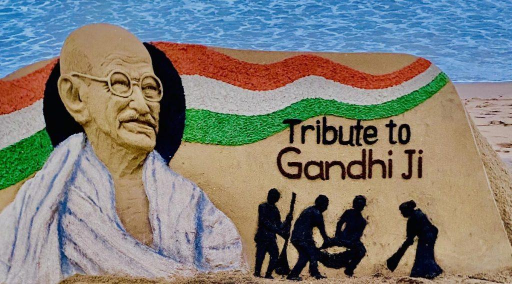 Gandhi Jayanti 2020: বালির ভাস্কর্য বানিয়ে মহাত্মা গান্ধিকে শ্রদ্ধা বালুশিল্পী সুদর্শন পট্টনায়েকের