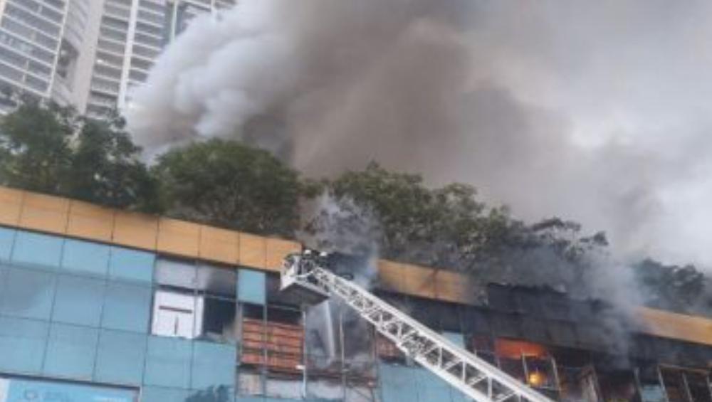 Mumbai City Center Mall Fire: মুম্বইয়ের শপিংমলে বিধ্বংসী আগুন, লাগোয়া আবাসন থেকে উদ্ধার ৩ হাজার ৫০০ জনকে