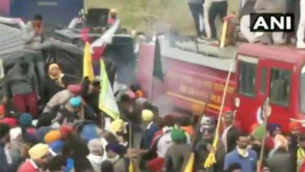 Farmers Protest: পাঞ্জাবের কৃষকদের বিক্ষোভ দমনে তৎপর রাজধানীর পুলিশ, ধস্তাধস্তি থেকে কাঁদানে গ্যাস  রাজ্যের সীমান্তে রণক্ষেত্র