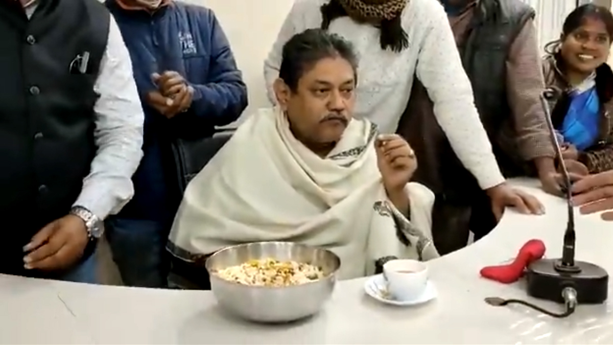 Narednranath Chakraborty: জিতেন্দ্র তিওয়ারির অফিস দখল করে চা, মুড়ি খেলেন তৃণমূল নেতা নরেন্দ্রনাথ চক্রবর্তী (দেখুন ভিডিও)
