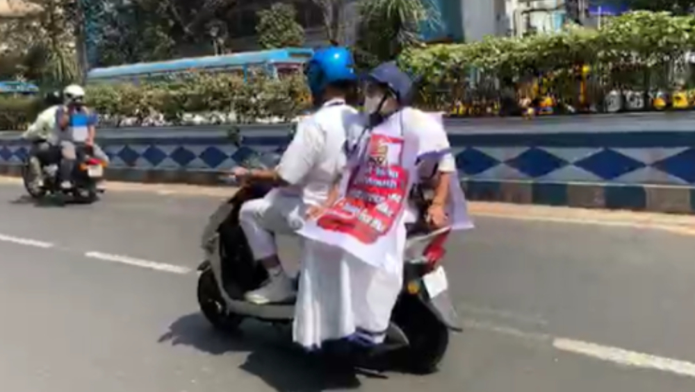 Mamata Banerjee On Petrol Diesel Price Hike: পেট্রোপণ্যের মূল্যবৃদ্ধিতে অভিনব প্রতিবাদ, ই-স্কুটিতে নবান্নে যাচ্ছেন মমতা বন্দ্যোপাধ্যায়