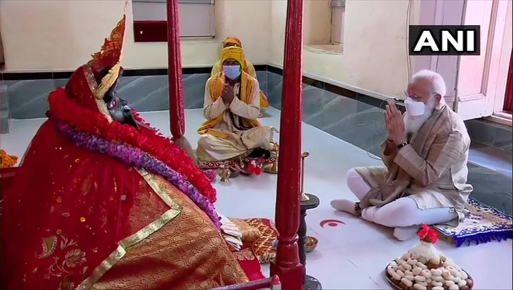 PM Narendra Modi offers prayers in Bangladesh : বাংলাদেশে মোদী, পুজো দিলেন যশোরেশ্বরী কালী মন্দিরে