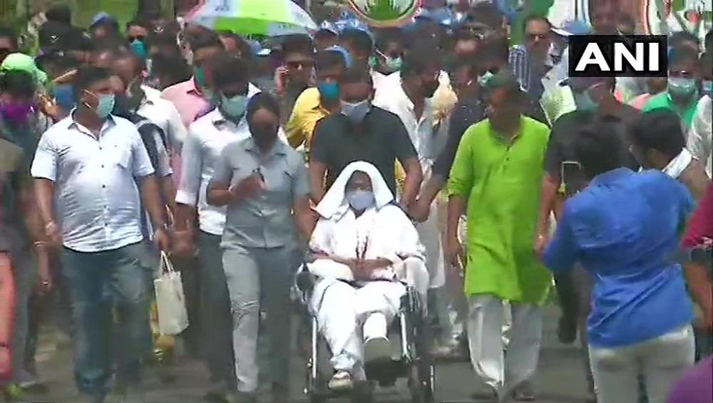 WB Assembly Elections 2021: উত্তপ্ত নন্দীগ্রাম, মমতার গাড়ি ঘিরে জয় শ্রীরাম স্লোগান বিজেপির কর্মী সমর্থকদের