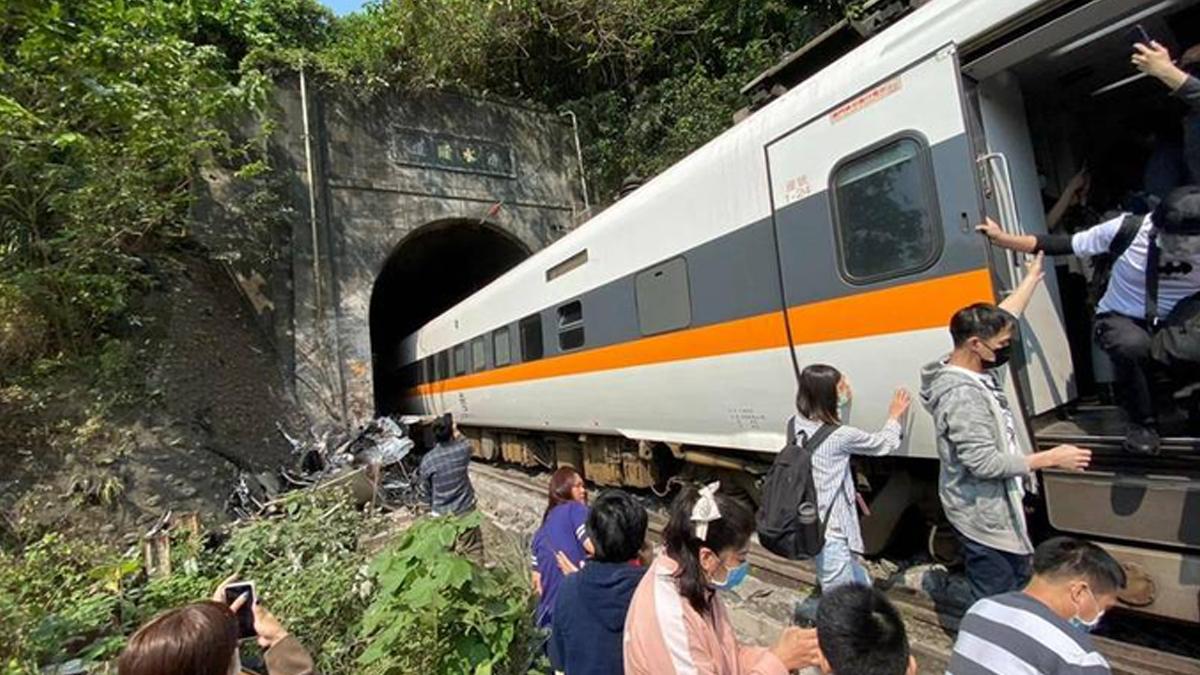 Taiwan Train Derails: পূর্ব তাইওয়ানে ট্রেন লাইনচ্যুত হয়ে কমপক্ষে ৩২ জনের মৃত্যু