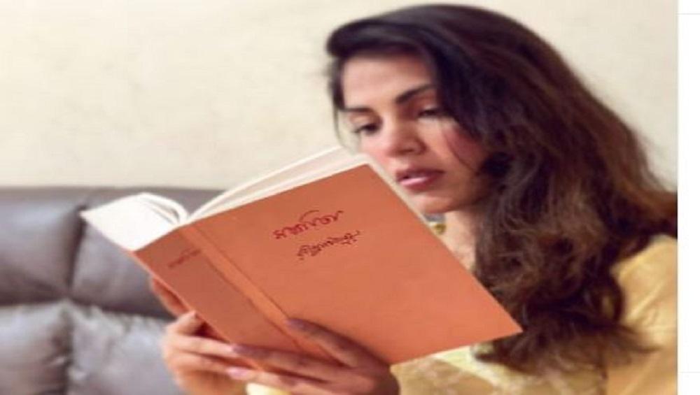 Rhea Chakraborty : রবীন্দ্রনাথেই মনের আনন্দ, সুশান্ত যাওয়ার পর শান্তির খোঁজে রিয়া?
