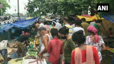 West Bengal: সামাজিক দূরত্বের বিধি শিকেয়, লকডাউনে ঝাঁপিয়ে পড়ে চলছে রবিবারের বাজার