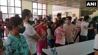 COVID Vaccination: টিকাকরণ কেন্দ্রের সামনে মানুষের ঢল, ছবি দেখে শিউরে উঠলেন নেটিজেনরা