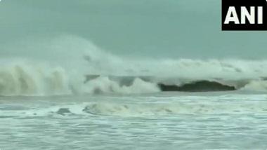 Cyclone Yaas: ঘূর্ণিঝড় য়াস আছড়ে পড়ার আগেই পারাদ্বীপে উত্তাল সমুদ্র, দেখুন ভিডিয়ো