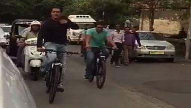 Salman Khan: সাইকেলে সলমন, 'মন্নতের' পাশ দিয়ে যেতে গিয়ে চিৎকার করলেন শাহরুখ বলে