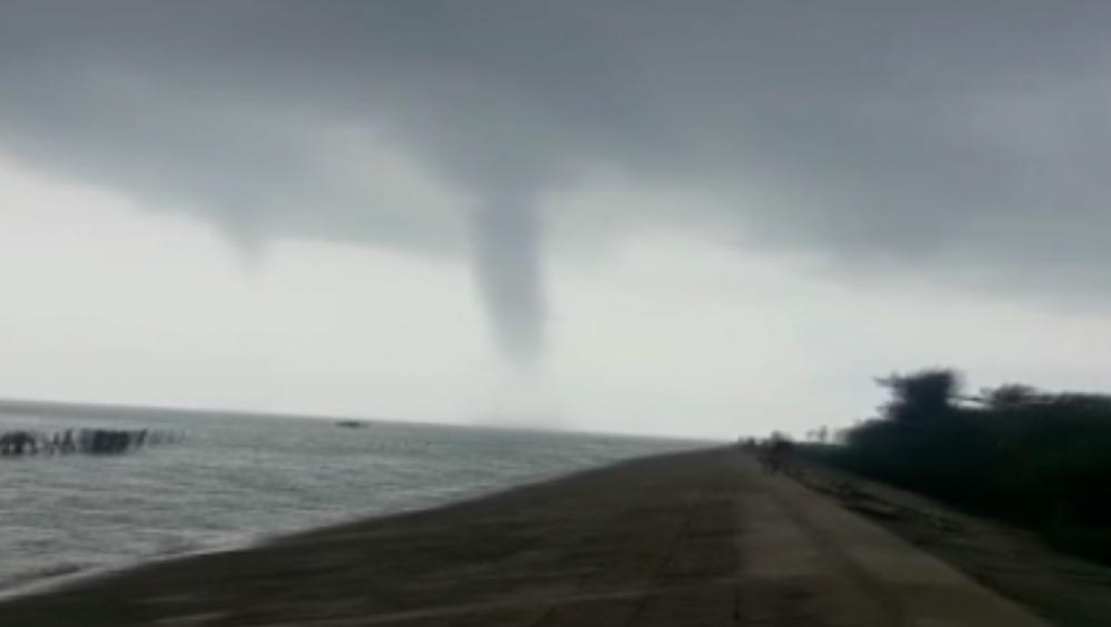 Tornado Hits Bengal: ফের টর্নেডো, হুগলি নদীতে ঘূর্ণি; পাক খেয়ে উঠছে জল
